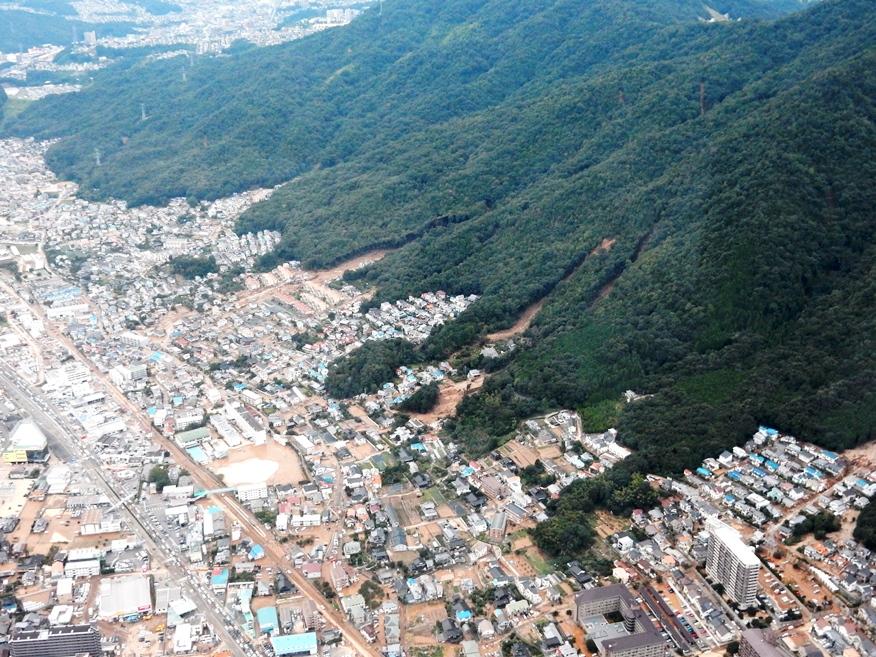 国道52号線(写真左隅)の右側がJR可部線 可部線の右側が大きな被害を... 広島土砂災害 土石
